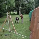 Jean Pierre ON4LCY et André ON4LCI au montage de l'antenne verticale 5 bandes HF